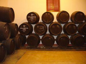 ソレラシステム下から抜き取ったワインを上から順繰りに補充していく。
